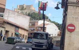 El PP impone retirar con una grúa la bandera LGTBI en Aguilar de Campoo mientras permite concentraciones neonazis