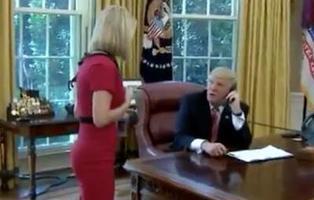 Trump vuelve a liarla: corta una llamada oficial para 'tirarle los tejos' a una periodista