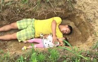 Juega diariamente con su hija enferma terminal llevándola a su futura tumba