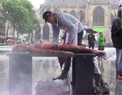 Macabra barbacoa con humanos en París para defender el veganismo