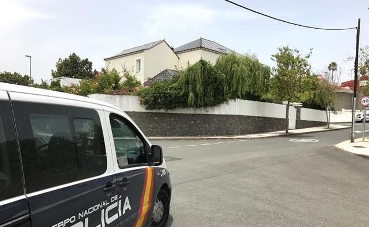 Un vehículo de Policía vigilando la casa de Soria