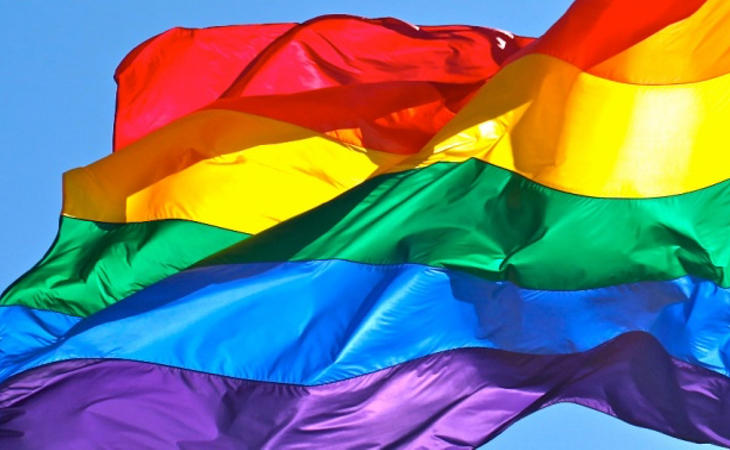 La bandera LGTBI no hace sonreír a Dios