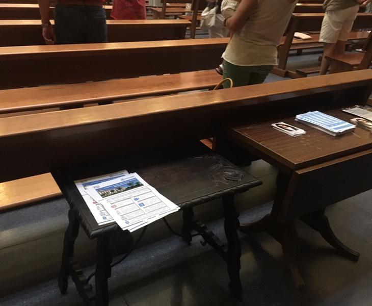 Los voluntarios llenaron las mesas de la parroquia con los panfletos del PP