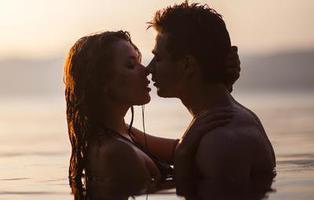 6 inconvenientes de practicar sexo en el mar o la piscina