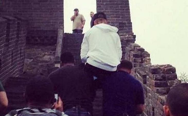 El cantante fue objeto de polémica por recorrer la muralla china a lomos de sus guardaespaldas y colgarlo en internet