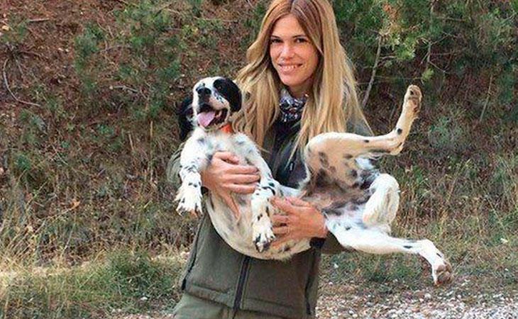 La joven fotografiada junto a uno de sus perros