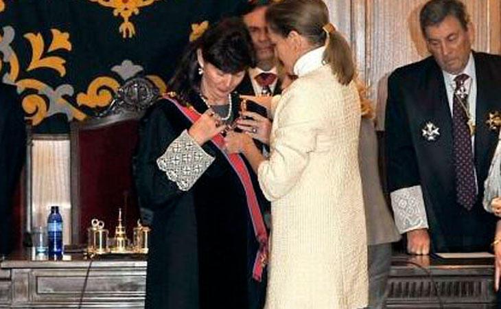 Concepción Espejel siendo condecorada por Maria Dolores de Cospedal