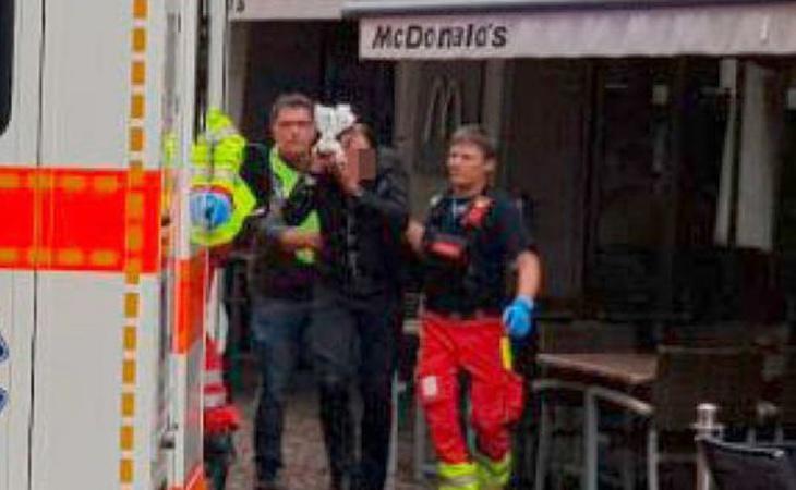 Uno de los heridos, abandonando el lugar del ataque