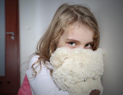 Un niño de 12 años viola a su hermana de cuatro y le soborna con caramelos para que calle