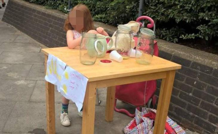 La niña estuvo vendiendo limonada antes de que los agentes la increpasen