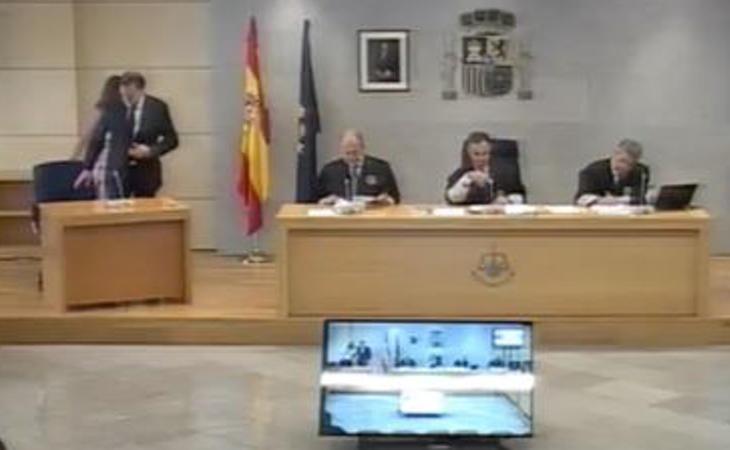 Rajoy se sienta a la derecha del tribunal, en una mesa especial para ?l, para evitar el