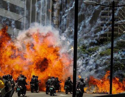 La oposición venezolana coloca una bomba contra una caravana de policías