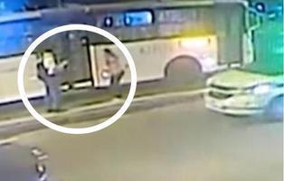 Empuja a su novia embarazada a la carretera para que la atropelle un autobús