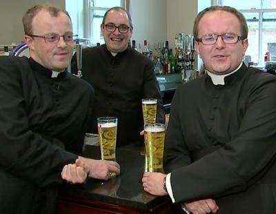 Expulsan a siete curas de un bar al creer que iban disfrazados de despedida de soltero
