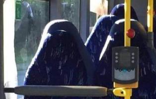 Un grupo de extrema derecha confunde la foto de un autobús vacío con seis mujeres en burka