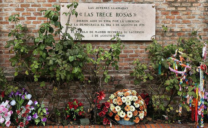 Placa en memoria de las Trece Rosas en el lugar de la ejecución