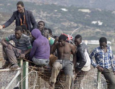 Un centenar de inmigrantes salta la valla de Ceuta