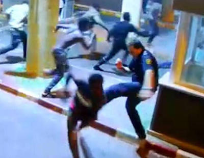 La policía trata a golpes a los inmigrantes en Ceuta y miente sobre la lesión de un agente
