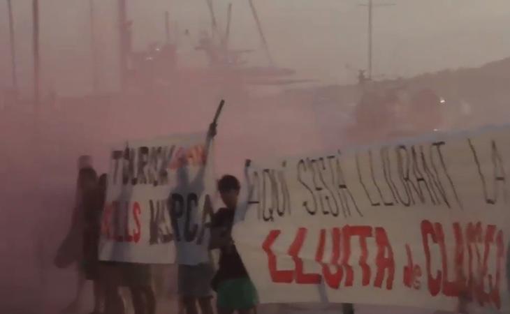 Ataque con bengalas de la organización separatista Arrán contra un restaurante lleno de turistas