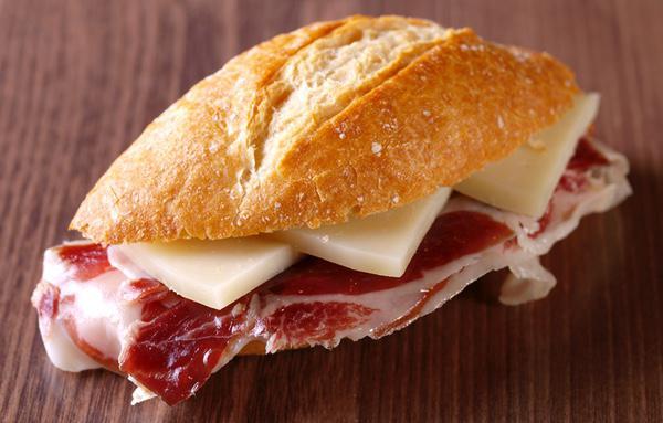 El bocadillo de fiambre con queso no es la mejor opción que comprar a los vendedores ambulantes