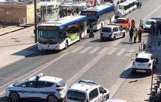 Un muerto tras embestir un vehículo contra dos parada de bus en Marsella