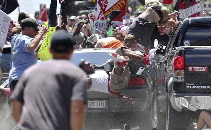 Un manifestante supremacista arrolló a la multitud en Charlottesville