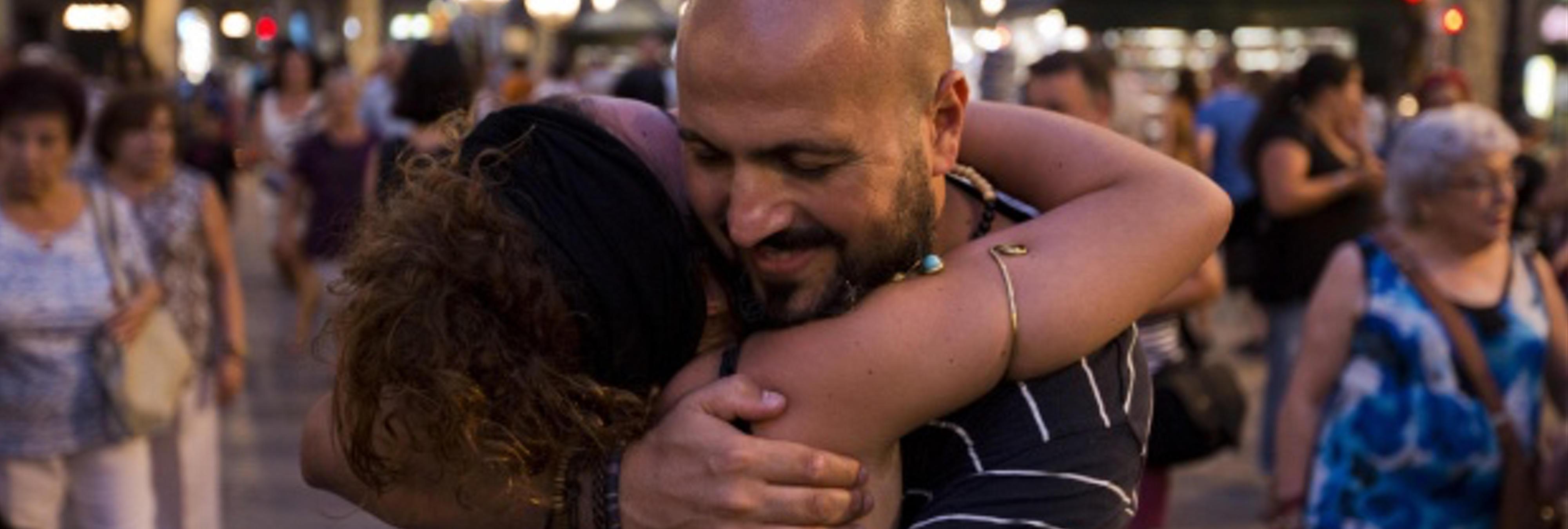 """Un musulmán reparte """"abrazos de amor y paz"""" en La Rambla"""