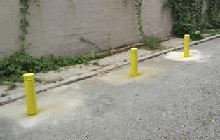 """Roba tres bolardos de la calle y los pone frente a su local """"para evitar a los vecinos"""""""