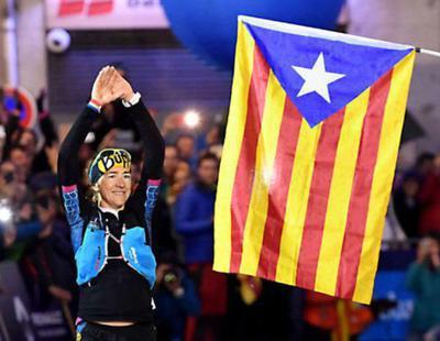 Polémica por la victoria de una atleta catalana por clavar la estelada al llegar a la meta