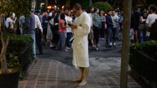 Vecinos de Ciudad de México alarmados en las calles