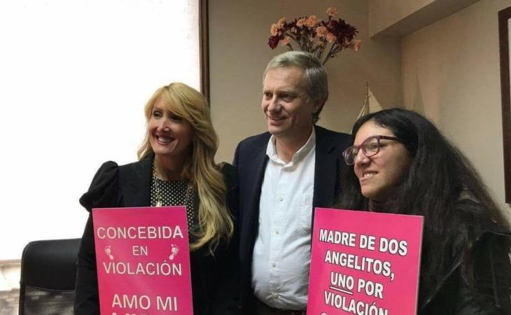 Activistas junto al candidato