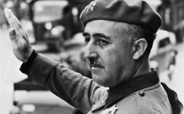 El dictador Francisco Franco realizando el saludo fascista