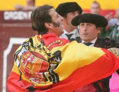 El torero Juan José Padilla celebra una corrida de toros levantando una bandera franquista