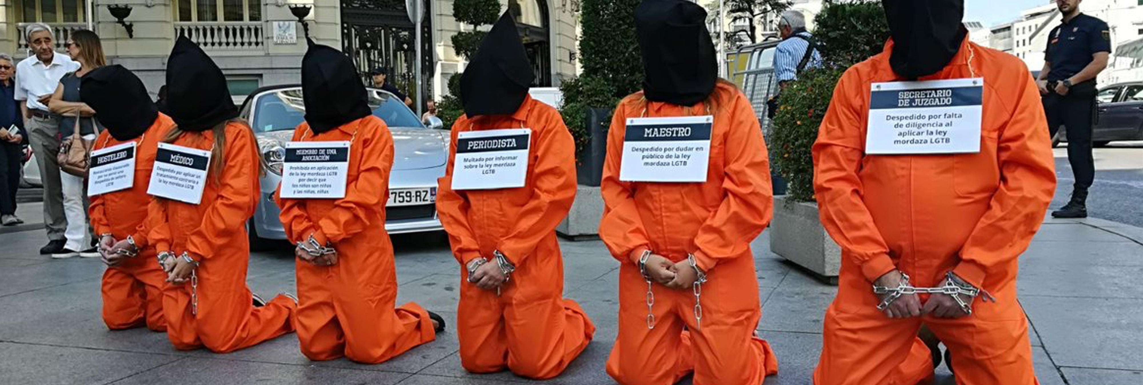 """Hazte Oír utiliza """"presos"""" de Guantánamo y lanza un nuevo bus contra el colectivo LGTBI"""