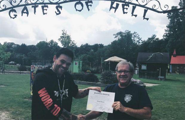 Elijah Daniel recibiendo el certificado del primer 'alcalde del Infierno' que logró prohibir a los heterosexuales durante 24 horas
