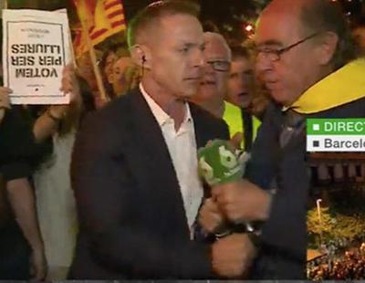 Manifestante independentista arranca el micrófono a Hilario Pino en un directo en Cataluña