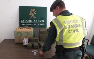 Solo tres meses sin empleo a un Guardia Civil tras pillarle con media tonelada de hachís