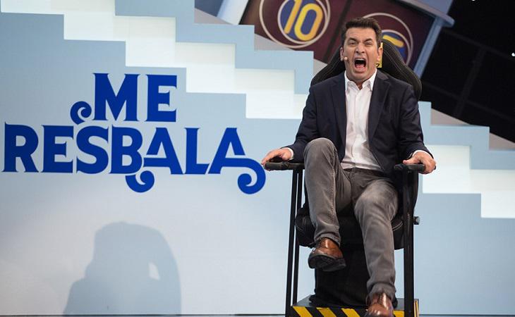 Arturo Valls comprobando una de las pruebas de 'Me resbala'