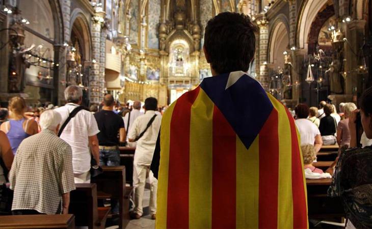 Un joven porta una estelada en el monasterio de Montserrat (Corbis)