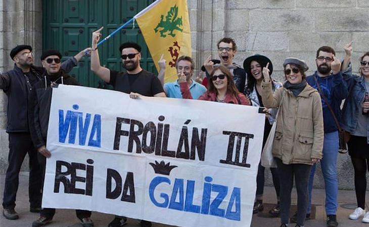Froilanistas haciendo el saludo oficial, la peineta (Xurxo Lobato)