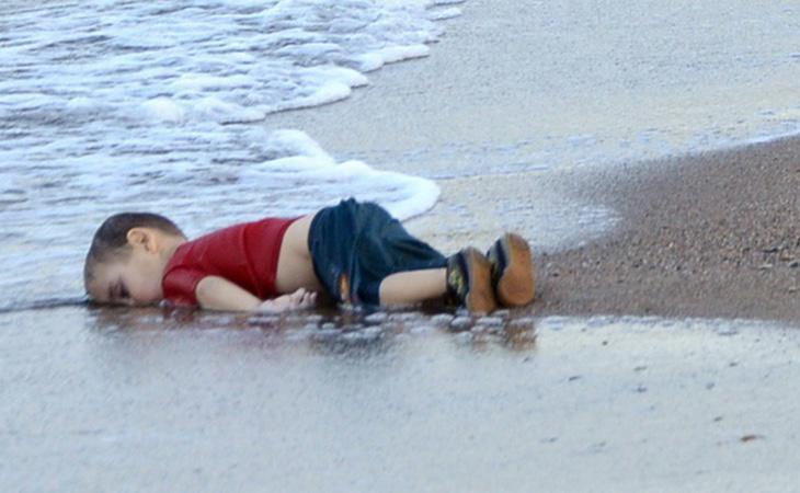 La imagen de un niño de tres años indignó a la comunidad internacional y presionó a las instituciones para que tomarana medidas