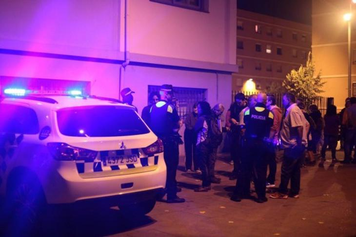 La Policía tomando declaraciones en el lugar de los hechos
