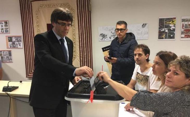 El presidente Puigdemont, en el colegio electoral
