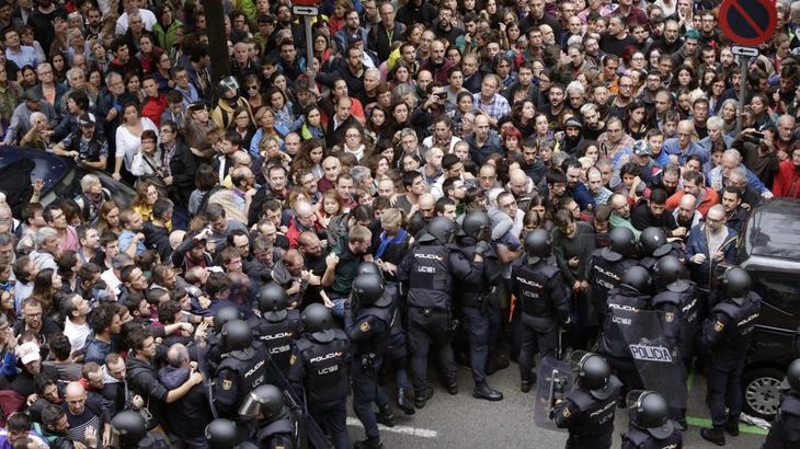 Tanto la Policía Nacional como la Guardia Civil, han sido los encargado de cerrar los colegios electorales