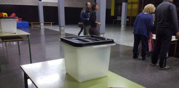 Durante el tiempo transcurrido de la jornada, la policía ha requisado un gran número de urnas