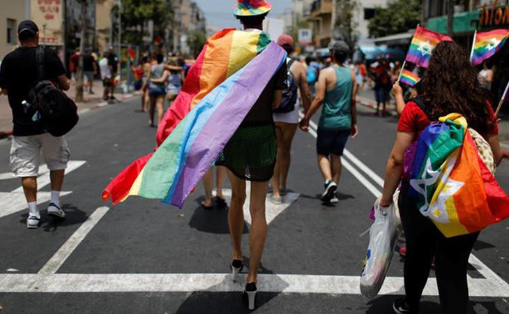 Detienen a 7 personas por ondear la bandera LGTBI durante un concierto