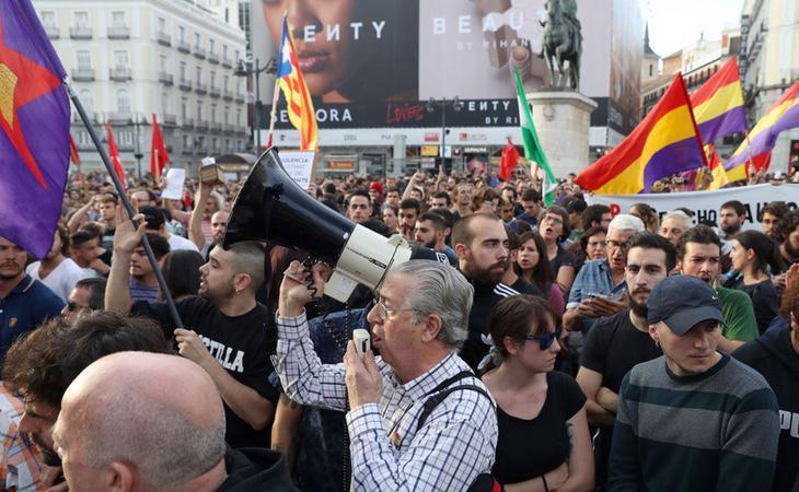 Interior de la Puerta del Sol durante la manifestación a favor del referéndum en Cataluña
