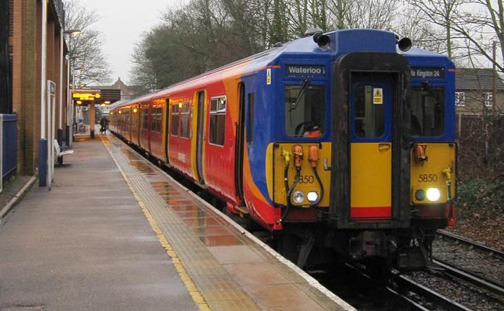 Tren que cubre el trayecto Shepperton hasta Waterloo