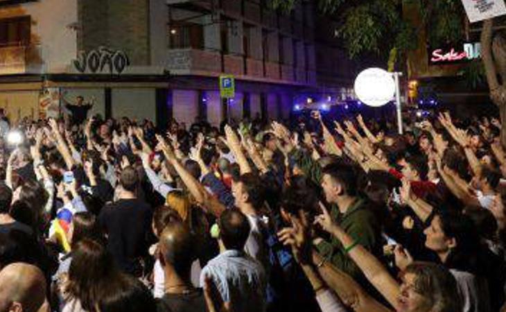 Los vecinos acosan a los policías y guardias civiles en diferentes puntos de Cataluña
