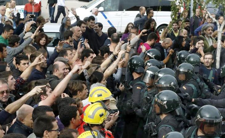 Enfrentamiento entre Guardia Civil y ciudadanos el 1-O